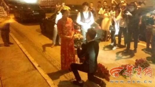 新人结婚遇高速堵车 为赶吉时隧道办婚礼