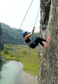 湖南湄江:美女攀登百米崖壁