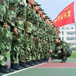 湖北武警女兵新训 军中绿花背绑木条规范动作