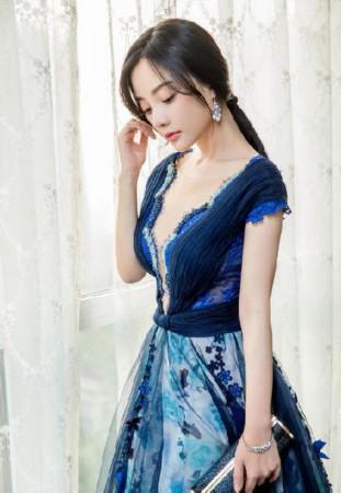 李小璐深V裙开到肚脐 肤白貌美气质优雅