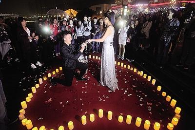重庆女子LED大屏求婚 单膝下跪喊:娶我好吗?