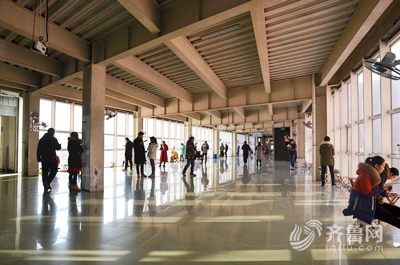 日照大学城考研学生在图书馆备考(组图)