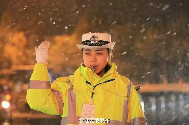 连云港最美女交警 雪中坚守岗位为她点赞(组图)