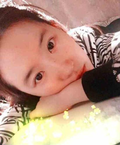 刘亦菲素颜读书照 绝色女星素颜变路人