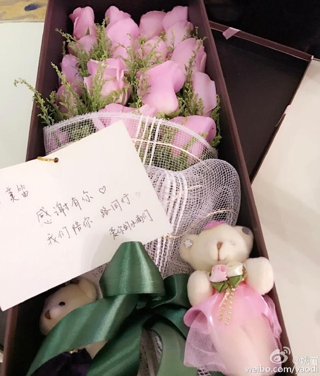 姚笛感恩节收粉色玫瑰
