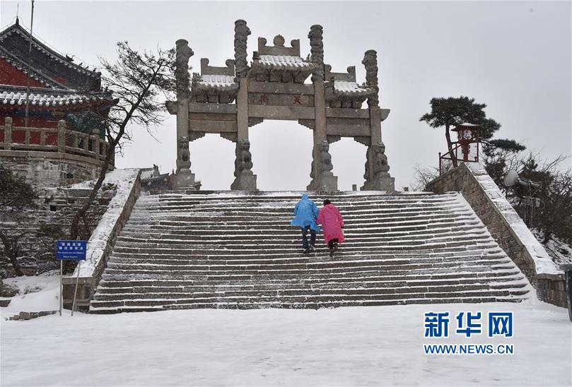 (环境)(3)泰山迎降雪 美若水墨画