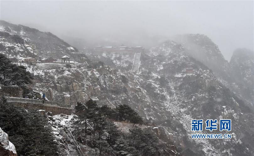 (环境)(1)泰山迎降雪 美若水墨画