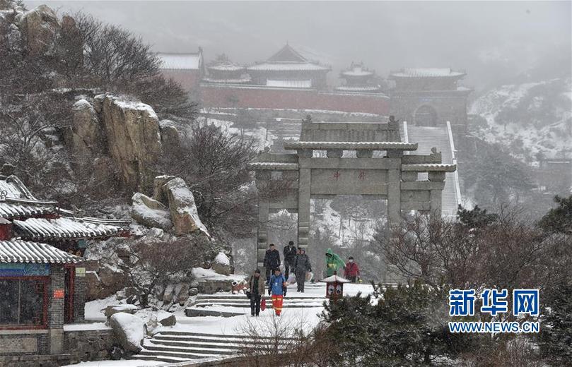 (环境)(2)泰山迎降雪 美若水墨画
