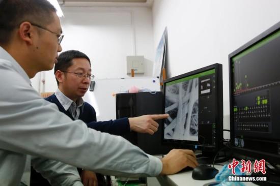 专家展示电子显微镜下的雾霾颗粒