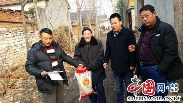 兰陵镇:节前走访贫困户 真情慰问暖人心