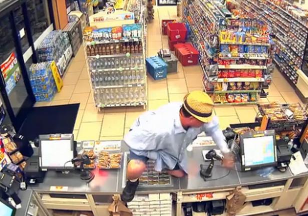 美国男子用手当枪 翻过收银台抢走300美元