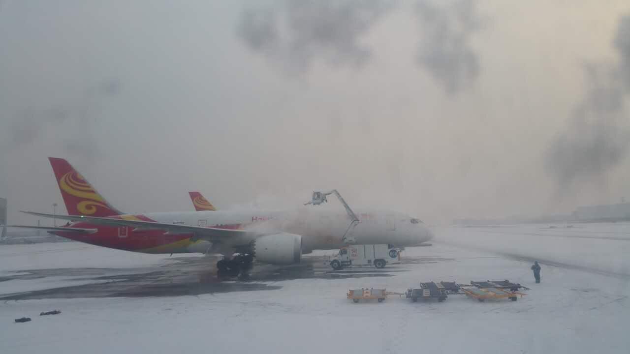 1月19日,首都机场积雪,飞机正在除雪。摄影:千龙网友 贾晨 北京市气象台发布19日2时至6时降水量(毫米):今天2时至6时本市降雪主要出现在北部和东部地区。目前平谷、密云、顺义、通州和朝阳已发布了道路结冰黄色预警信号,上述地区均已出现降雪天气,早高峰出行请大家注意交通安全。受降雪影响,部分高速路段已采取封闭措施。 据首都机场官微消息,首都机场已迅速启动特殊天气保障预案,联合驻场各航空公司、各保障单位全力确保旅客出行。并提醒广大旅客,关注天气变化,及时掌握航班动态。 小编登录首都机场官方网站查询航班发现
