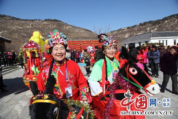 山东费县:游客逛庙会 新年七天乐