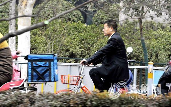 山东省政协委员张法水今年骑着摩拜单车到两会报到
