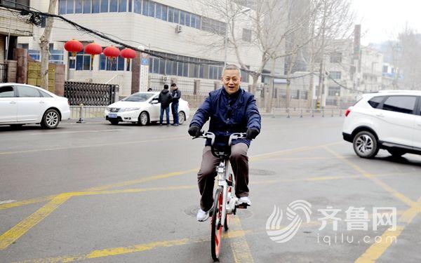 """作为倡导绿色出行多年的老委员,宋传杰也成了共享单车的""""新粉丝"""""""