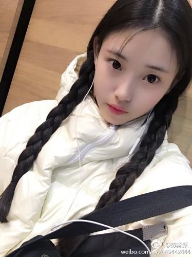 在微博晒出写真及生活照,青春靓丽少女感十足,有网友称其神似阚清子.