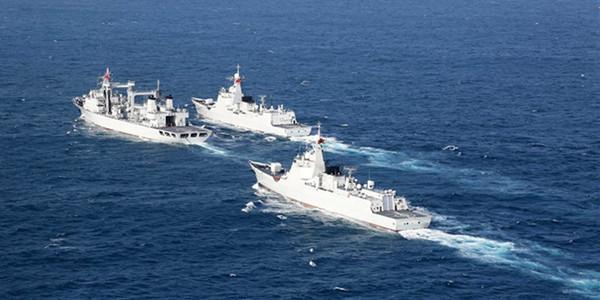 南海舰队远海训练编队在南海某海域首次综合补给(组图)