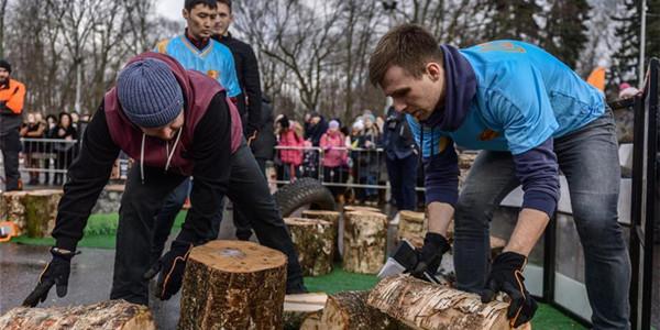 首届俄罗斯劈柴锦标赛在莫斯科举行(组图)