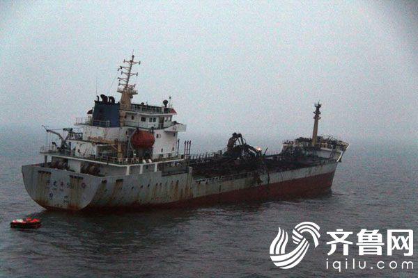 一油轮在山东海域遇险13人获救 火情已被控制