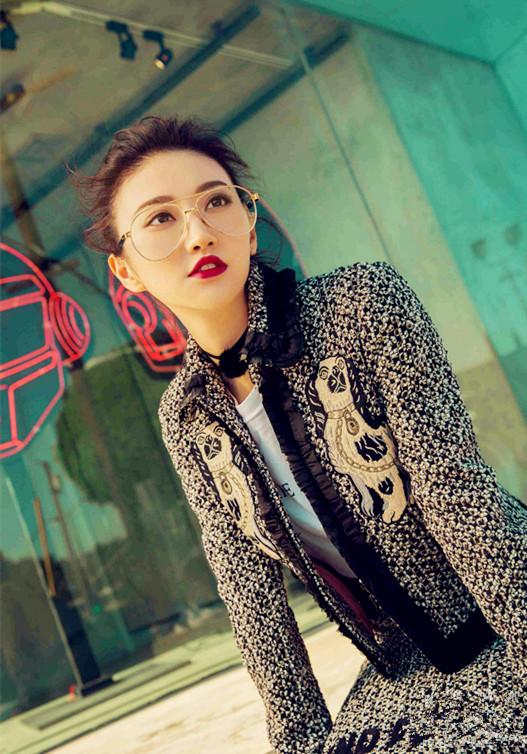 景甜最新街拍曝光 刺绣套装金边眼镜演绎复古风