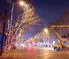 临沂市城市管理局照明处对遮挡路灯的树木进行修剪