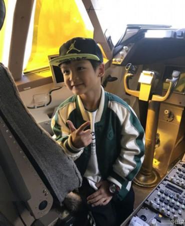 田亮儿子获邀参观飞机驾驶舱