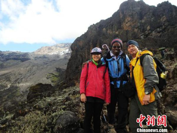 图为陈萱2016年和父亲陈守忠攀登非洲最高峰乞力马扎罗山,途中与向导合影。 陈守忠提供 摄
