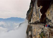 重庆村民自发凿出悬崖天路