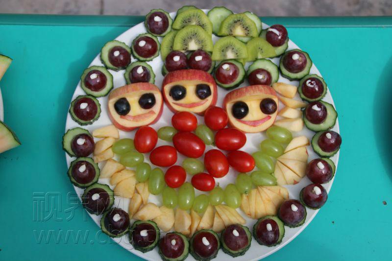 """重庆网络广播电视台记者 唐海军 活动现场家长们纷纷拿出了准备好了的水果、盘子等,和孩子们一起制作精美的水果拼盘,经过近一个小时的精雕细琢,家长与孩子们把各种水果""""变""""出了很多不同的造型:""""孔雀开屏""""、""""可爱小狗""""、""""维多利亚女郎""""、""""猫头鹰""""、""""小朋友手牵手""""……."""