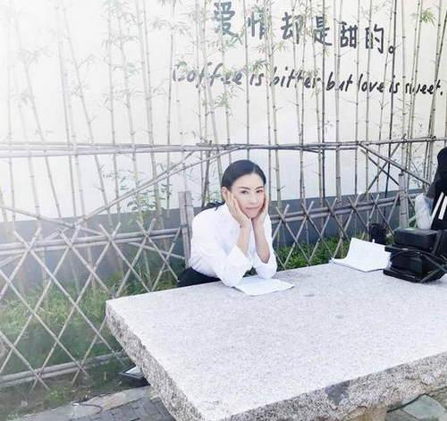 张柏芝晒片场美照 清纯漂亮十足高中女生模样(图)