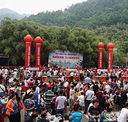 河南栾川万人吃豆腐 场面壮观