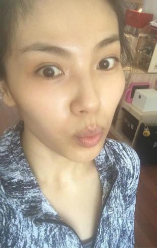 刘涛清晨跑步晒早餐 素颜的她显得脸上消瘦无光(组图)