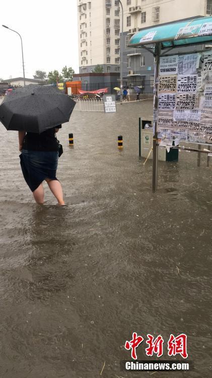 大风大雨撑伞简笔画