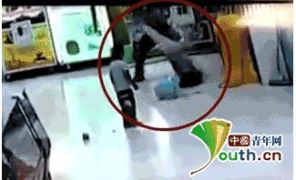 男子超市殴打女儿 他为何提腿向地上摔?(组图)