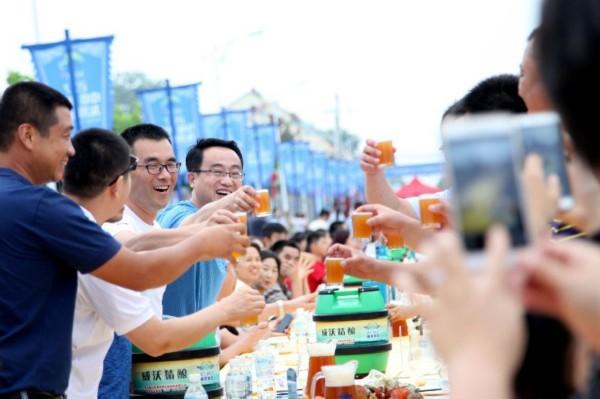 青岛龙湾嗨海季开幕 千人渔家长桌宴吃翻天(图)