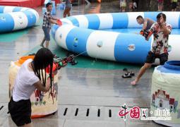 临沂蒙山泼水节美女如云 游客尽享清凉欢乐(组图)