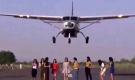 女模在跑道拍片 飞机贴头掠过吓呆众人(组图)