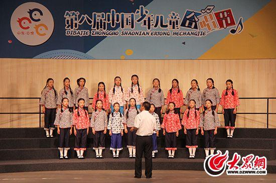 """贵州省黎平县侗族大歌少儿合唱团 7月19日下午2点30分,第八届中国少年儿童合唱节展演第一场在日照会展中心大会堂成功举办,来自云南、青海、内蒙古、贵州等14个省份16支儿童合唱团队展开角逐,各显风姿,16个合唱团的精彩演出引发观众们一阵响亮的掌声。 下午2点半演出正式开始,来自青海省西宁市沈家寨小学""""小土豆""""农民工子女合唱团演唱的《想念爸妈》,充分展现了青海省农民工孩子对外出辛勤劳作、为养家糊口的爸爸妈妈的思念之情。"""