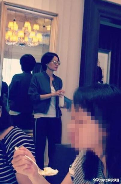 王菲带李嫣秘密游香港 网友求合影女神霸气回应(图)