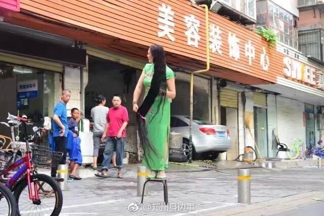 女子蓄发25年头发近2米长 洗一次耗半瓶洗发水(图)