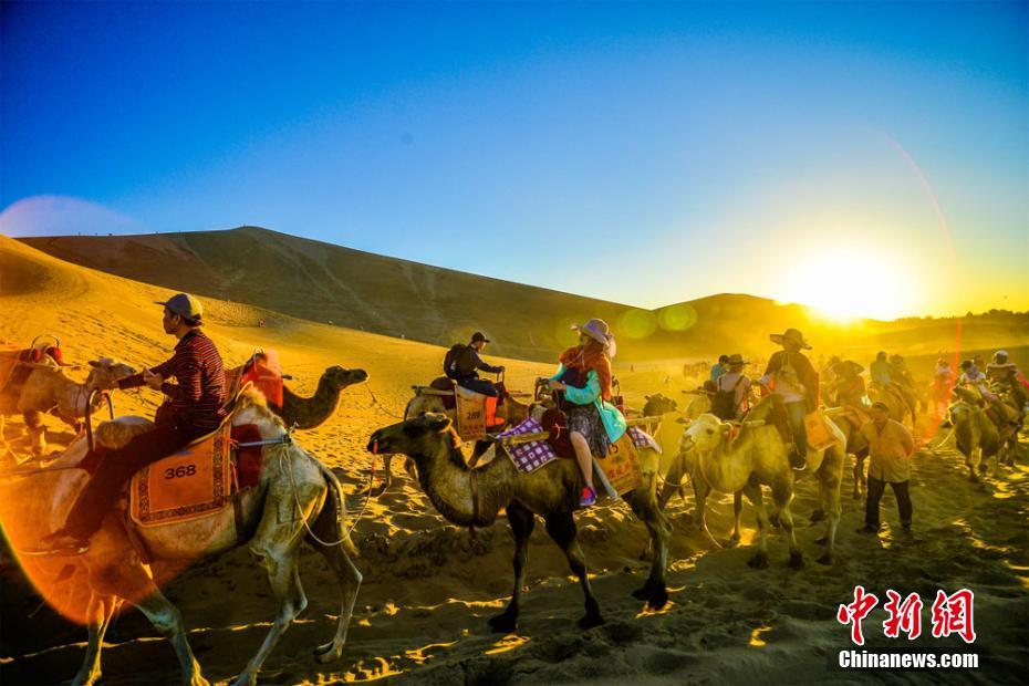 甘肃 敦煌 旅游热潮迭起 游人如织驼队蜿蜒