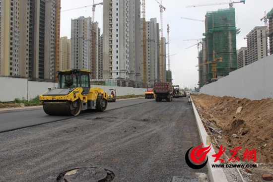 日照五莲路开始进行沥青摊铺 预计8月5日完成铺设工作