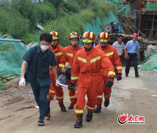 日照一工地发生车辆事故 东港消防及时救出被困司机