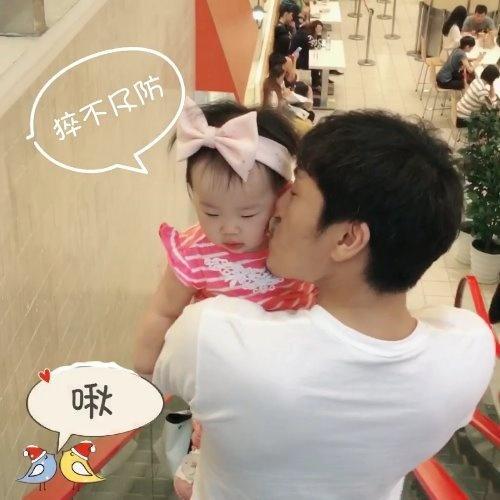 伊能静晒女儿与秦昊生活日常 享受来自爸爸的喂食(图)