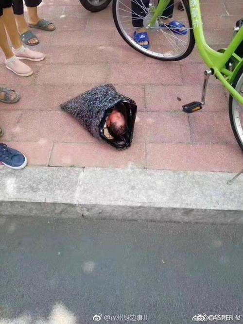 女婴被寄往福利院 快递员半路听见包裹里有哭声打开后吓坏