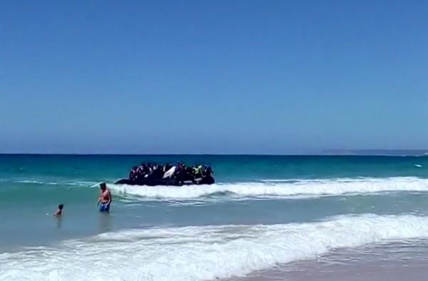 难民们挤在橡皮艇上