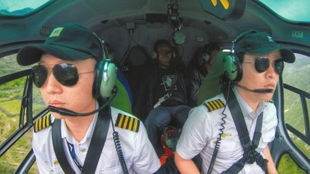 飞行中的曾宏(左)和许铁楠。