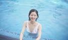 章泽天晒泳装照 罕见性感深V平添成熟(组图)