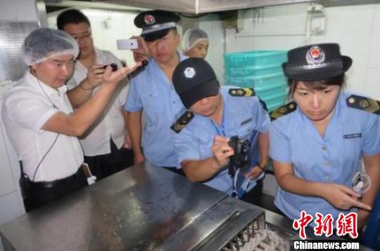 北京市食药监局执法人员对海底捞太阳宫店进行检查。 刘文利 摄