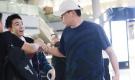 俞灏明机场偶遇刘烨兴奋拥抱 社长一脸惊恐忙逃跑(组图)